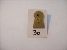 PIN´S -  Pin - Ups - N° 13 - Maillot Noir Assise Sur Tabouret   (30) Voir Photo - Pin-ups