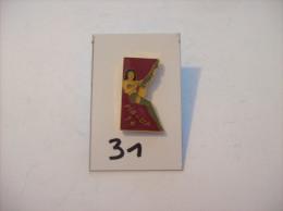 PIN´S -  Pin - Ups - N° 14 - En Dessous Sexy Et Remontant Ses Bas   (31) Voir Photo - Pin-ups