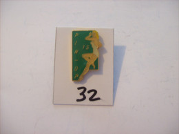 PIN´S -  Pin - Ups - N° 15 - En Maillot Blanc  (32) Voir Photo - Pin-ups