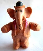 TRES RARE FIGURINE BABAR EN MOUSSE DE PLASTIQUE THR 1969 ANTAR Pas GLUPS BABAR BRAS ECARTES Orange Clair - Figurines