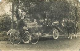 CARTE PHOTO - GROUPE DE POILUS - EN AUTOMOBILE - A CHEVAL - CYCLISTE.- CARTE EN BON ETAT. - Guerra 1914-18