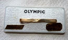 MAGNIFIQUE PINCE A CRAVATE OLYMPIC PLAQUE OR GRAVE AU DIAMANT NEUVE DANS SA BOITE  5.2  CM ENVIRON - Bijoux & Horlogerie