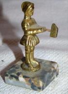 RARE ANCIENNE SCULPTURE BRONZE JEAN DE NIVELLE ( ECRIT SUR PIED) APPELLE AUSSI JEAN DE MONTMORENCY SONNEUR DU MOYEN AGE - Bronzen