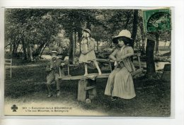 """63 LA BOURBOULE Carte Rare  La Balancoire Couple Et Fillette De """" Bonne Famille """" L'Ile Aux Mouches  1910   /DS 2014 - La Bourboule"""