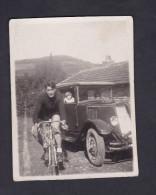 Photo Ancienne Non Située - Velo Cycliste Et Voiture Renault Monastella - Automobiles