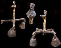 Exceptionnelle Rare Très Ancienne Cloche GHANTA De Chamane En Laiton Figurant Le Chamane/ Very Old Shaman Ceremonia Bell - Bells