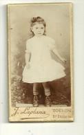 Photo Albuminée 1880/1890 Format Mini 3.5 X 6.5 FILLETTE EN ROBE BLANCHE ET BOTTINES - Photog. J.LAPLANA à TOULON - Photos
