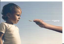 CPM Publicitaire AIR FRANCE KLM, Service Attentionné Enfant Petite Cuillère ,photographe Camilla Akrans - Sin Clasificación