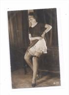 CPA Jeune Femme Se Déshabillant, Bas, Porte Jarretelles - Belleza Feminina (1941-1960)