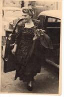 Photo Originale - Belle Dame En Sortie De Voiture - - Personnes Identifiées