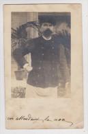 CARTE POSTALE PHOTO VELOX EN ATTENDANT LA NOCE HOMME GROSSE MOUSTACHE - VIEUX MOULIN OISE (60) 1905 - 2 Scans - - Photographie