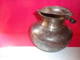 Vase Ou Marmite Atypique En Fer Vieilli Belle Anse-poids 1102g Dimatre De L'ouverture 10cm Hauteur 17cm - Autres Collections