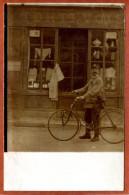 Jolie Carte-photo   Cycliste  (facteur?) Posant Devant Un Magasin ....     Joli Plan     Bon état - Handel