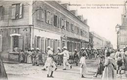 MARTINIQUE UNE COMPAGNIE DE DEBARQUEMENT DANS LES RUES DE FORT-DE-FRANCE - Fort De France