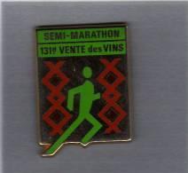 Pin´s  Sport  SEMI-MARATHON  131è  VENTE Des VINS  à  BEAUNE ( 21 )   Verso  ARTHUS  BERTRAND - Leichtathletik