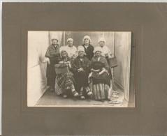 L'ISLE JOURDAIN (GERS) PHOTO ANCIENNE JEUNES FEMMES EN COSTUME LOCAL (PHOTOGRAPGHE DE L'ISLE JOURDAIN) - Places