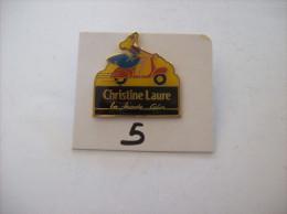 PIN´S -  VESPA  Rouge Et Jeune Fille Dessus - Pub Christine Laure La Mode Color    -   Voir Photo ( 5 ) - Motorfietsen