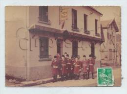 Vieux-Moulin (Oise) : Groupe De Sonneurs De Cor Devant L'Auberge De Daguet En 1960 (animé) GF. - France