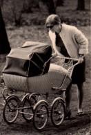 Photo Originale De Landau Et Poussettes - Mère Et Poussette Osier En 1969 - Objets