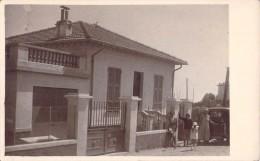 CARTE PHOTO DE MAISON AVEC PERSONNES ET VOITURE / LIEU A IDENTIFIER - Cartes Postales