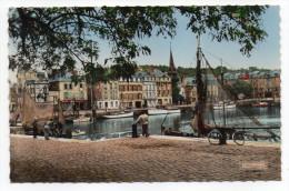 HONFLEUR--Le Vieux Bassin Et Le Musée (animée,vélos,bateaux),cpsm 14 X 9 N°14.333.64  éd La Cigogne - Honfleur
