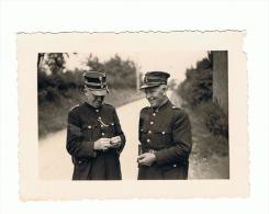 Photo (6 X 9 Cm) - Gendarmes  Heureux - Un Des Deux Se Roule Une Cigarette - Gendarme (b174) - Police & Gendarmerie