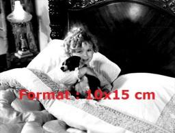 Reproduction D'une Photographie De Shirley Temple Dans Son Lit En Compagnie D'un Chien - Reproductions