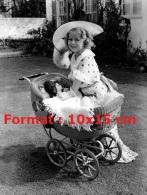 Reproduction D'une Photographie De Shirley Temple Couvrant Sa Poupée Dans Son Landau - Reproductions