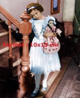 Reproduction D'une Reproduction D'une Photographie De Shirley Temple Boudant Avec Sa Poupée - Reproductions
