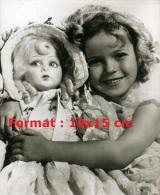 Reproduction D'une Photographie De Shirley Temple Faisant Un Câlin à Sa Poupée - Reproductions