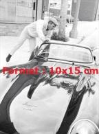 Reproduction D'une Photographie De Steve Mc Queen Avec Sa Très Belle Jaguar - Reproductions