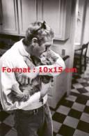 Reproduction D'une Photographie De Steve McQueen Faisant Un Câlin à Son Chat - Reproductions
