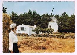 5744  CPM  ILE D'YEU  ; Jeune Fille Parée De La Coiffe Islaise Près Du Moulin Du Calvaire  1963 ( Froissée En Haut ) - Ile D'Yeu