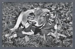 Fleurier - Photo Enfants Et Vache - BAHNPOST AMBULANT 1953 - Val De Travers - Neuchâtel - Photos