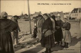 29 - ILE TUDY - Vente Du Poisson - Costumes - Coiffes - Ile Tudy