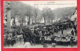CANTAL 15 CHAUDESAIGUES LA GRANDE PLACE UN JOUR DE FOIRE AUVERGNE MARCHÉ AUX BESTIAUX  AGRICULTURE ELEVAGE - France