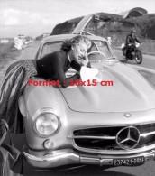 Reproduction D'une Photographie De Sophia Loren Lisant Une Carte Sur Le Capot De Sa Mercedes - Reproductions