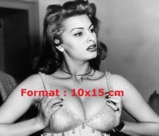 Reproduction D'une Photographie De Sophia Loren Montrant Ses Avantages Généreux - Reproductions