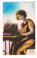 32302 Femme Avec La Machine à écrire - Woman With Typewriter - Vrouw Met Typemachine - Femmes