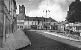 NEAUPHLE Le CHATEAU  - Place Du Marché  (coll Pavie ) Années 40/50 ( Juva 4 Ou Peugeot ) - France