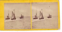 Vieille Photo Stereoscopique Remorqueur En Train De Remorquer Deux Bateaux Voiliers En Pleine Mer Avant 1900 Signée - Stereoscopic