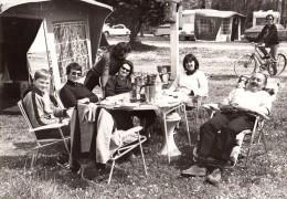 Photo Originale De 1979 - 85330 Noirmoutier - Ambiance Camping - Caravaning - DS - Ford M Coupé - Apéro - Automobiles