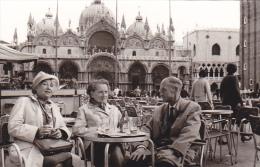 24464  Photo Venize Venezia Itale -Mai 1965 - Saint Marc Palce Café Femme Belge