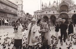 24468  Photo Venize Venezia Itale -Mai 1965 - Saint Marc Place Femmes Belges Pigeon