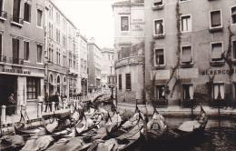 24473  Photo Venize Venezia Itale -Mai 1965 - Canal Gondole