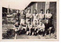 Photo Originale Années 40 - Equipe De Football Amateur - Baraquement - Prisonniers ? Travailleurs ? Ouvriers ? - Sports