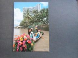 Thailande Royal Orchid Sheraton Hotel ( Femme Ombrelle Et Fleurs En Barque ) - Thailand
