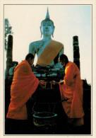SUKHOTHAI:  MONACI AL WAT AT MAHATHAT    (NUOVA CON DESCRIZIONE DEL SITO SUL RETRO) - Tailandia