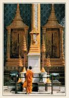 WAT PHRA KEO:  UN  MONACO  DI  SPALLE    (NUOVA CON DESCRIZIONE DEL SITO SUL RETRO) - Tailandia