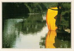 AYUTTHAYA:  UN MONACO  LAVA IL SUO ABITO NEL FIUME   (NUOVA CON DESCRIZIONE DEL SITO SUL RETRO) - Tailandia